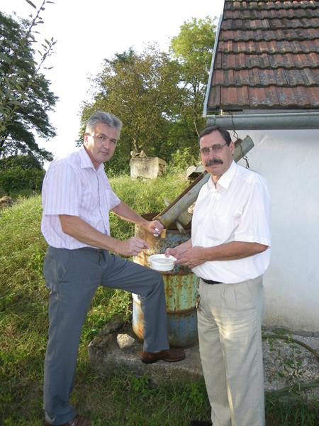 """Projektleiter Bürgermeister Robert Freitag und unsere biologische Fachkraft hans Jerrentrup kontrollieren """"verdächtige"""" Wasserstellen am Kellerberg."""
