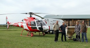 Bürgermeister Robert Freitag (Hohenau) und Bürgermeister Gernot Haupt (Marchegg) sowie unsere Fachkräfte Gerhard Rebl und Hans Jerrentrup nahmen das Ausbringungsgerät unter die Lupe bevor der Hubschrauber zum Einsatz in Marchegg abgehoben ist.